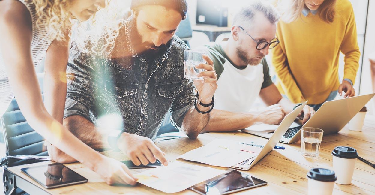 strategia digital marketing per liberi professionisti, freelance team al lavoro