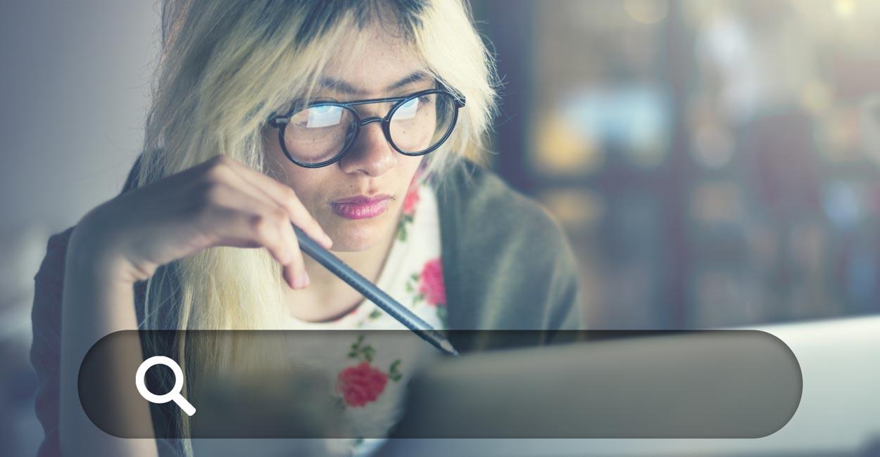 indicizzazione e posizionamento, donna effettua ricerche al PC