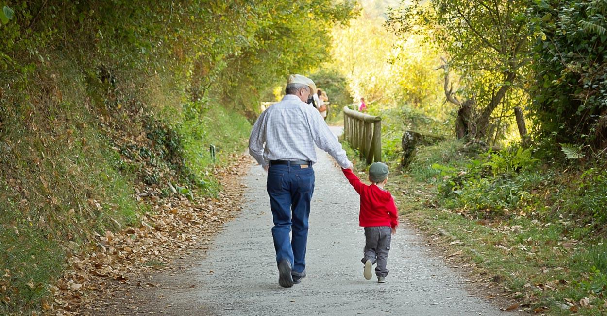 comunicazione educata, nonno con bambino